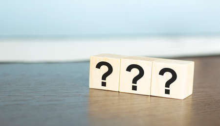 ? Questions Mark word in wooden cube block on table background. FAQ Answer, Q&A. Banque d'images - 150850002