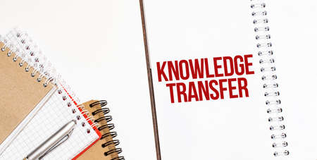 Notepads on the white background. Text KNOWLEDGE TRANSFER Standard-Bild