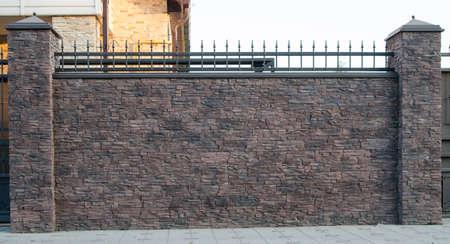フェンスが並ぶ人工石