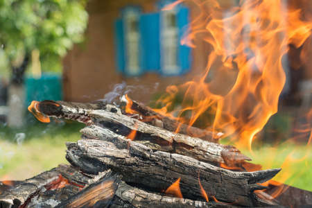 incendio casa: Fuego de la casa en el fondo