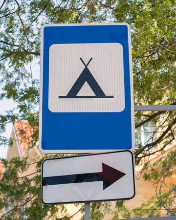 residential zone: road sign indicating the direction of the camping