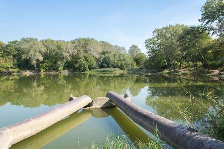aguas residuales: de la tubería tendida en el río