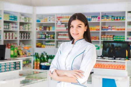 intelligente und selbstbewusste Apothekerin, die ihre Arme verschränkt und lächelt Standard-Bild