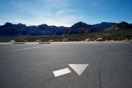 Richtingspijl op de lege parkeerplaats in Mojave Desert, Nevada.