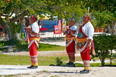 traje mexicano: TULUM, MÉXICO - 2 de noviembre de 2010: India Maya artistas de la calle conocido como Vuelo Maya Maya realizar acrobacias tradicionales de la Cultura el 2 de noviembre de 2010 en Tulum, México por los mayas del sitio arqueológico Ruinas.