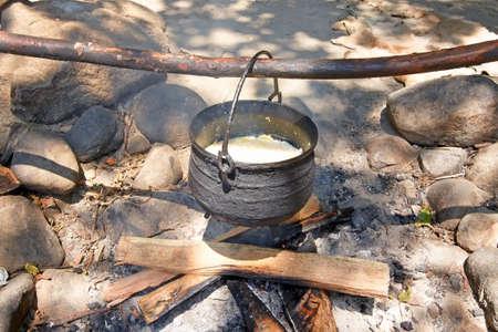 Wampanoag la cena tradicional de los indios que se cocinan en el fogón. Foto de archivo - 10085223
