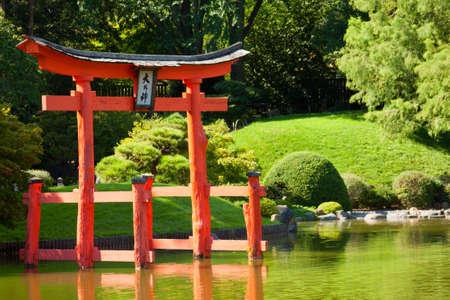 kelet ázsiai kultúra: Japán kert és a tó piros Zen Tower.