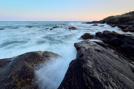 Magnifique coucher de soleil sur une côte rocheuse de l'océan Banque d'images - 63780172