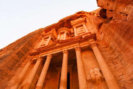 monasteri: Views of the Lost City of Petra in the Jordanian desert.
