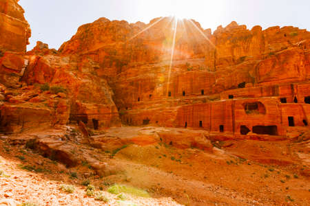 tumbas: Views of the Lost City of Petra in the Jordanian desert.