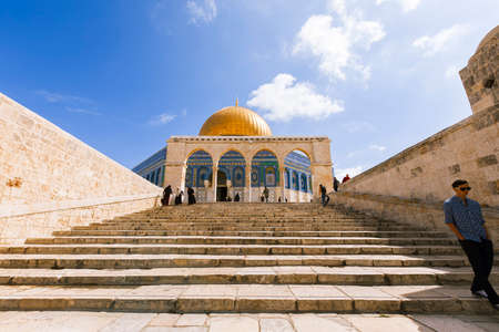 Jerusalem, Israel- March 14,2017:View of the Dome Of The Rock at Temple Mount in Old Jerusalem, the third holiest place in Islam. Фото со стока - 77120132