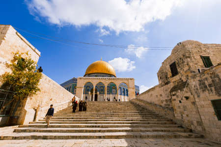 Jerusalem, Israel- March 14,2017:View of the Dome Of The Rock at Temple Mount in Old Jerusalem, the third holiest place in Islam. Фото со стока - 77120139