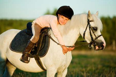 animales de granja: Muchacha que monta un caballo en la naturaleza