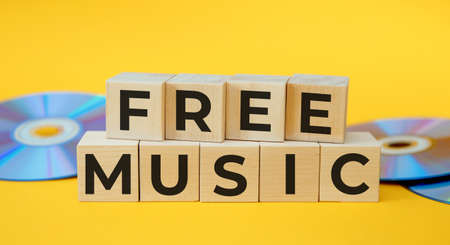 Wooden cubes with words FREE MUSIC. Musical concept. Standard-Bild