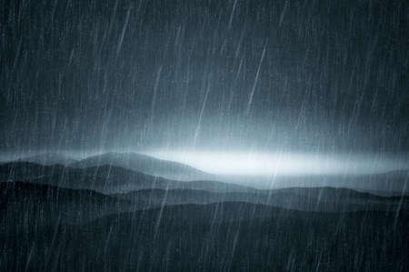 Mroczny krajobraz z deszczem