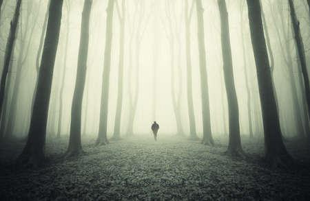 Eerie ezoteryczne krajobraz z biegiem człowieka w innym świecie