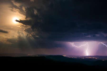 Nachtlandschaft mit Vollmond und Blitzschlag