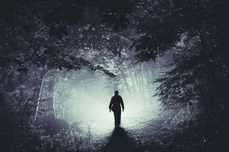 Silhouette des Mannes in surrealen magischen Wald mit Licht Standard-Bild - 75202058