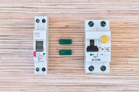 Two identical circuit breakers of differential current but different in size. Double-pole differential switches. One is narrow and takes up less space, the other takes up two modules. 스톡 콘텐츠