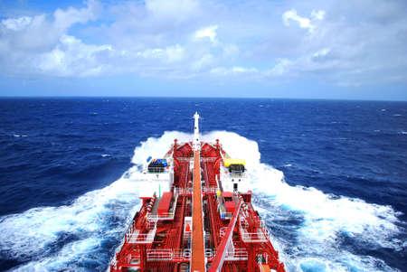 barco petrolero: cisterna para productos qu�micos en el mar en su camino al puerto  Foto de archivo