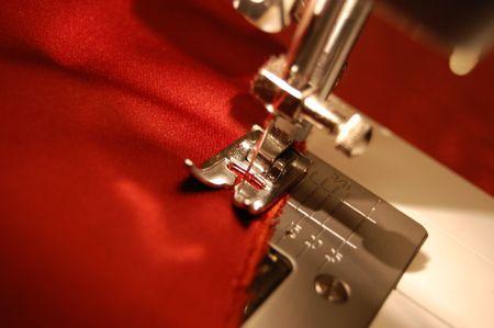 n hmaschine: N�hmaschine Detail mit den roten Faden und Tuch