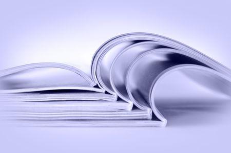 Stapel geöffnet Zeitschriften, getönten blau  Lizenzfreie Bilder
