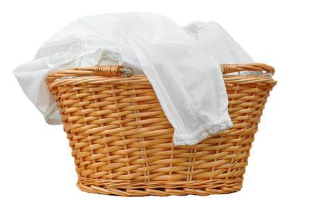 blusa: Lavander�a blanco en una canasta de mimbre, aislada en blanco  Foto de archivo