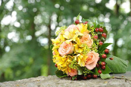 bruidsboeket: Bruids boeket, op een steen
