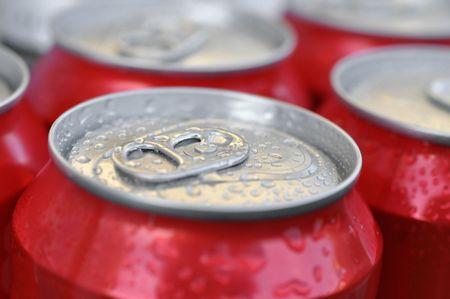 Latas húmedas frías de refresco o cerveza