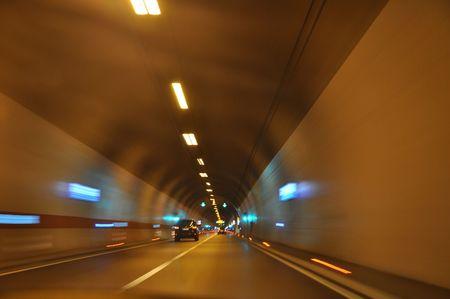 Conduire à travers le tunnel de l'autoroute Banque d'images