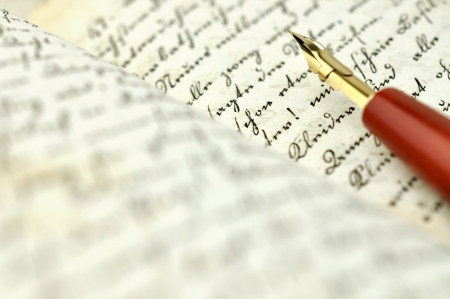escribiendo: Pluma estilogr�fica en un viejo diario Foto de archivo