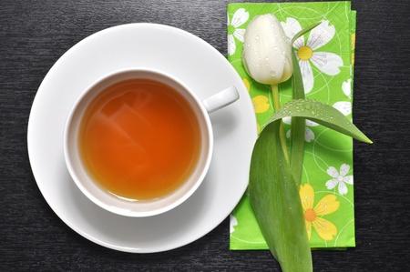 Weißen Tulpe und eine Tasse Tee