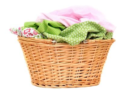 Wäscherei in eine Weidenkorb, isoliert auf weiss Lizenzfreie Bilder