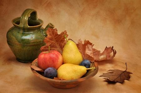 Oude klei schaal vol van de herfst fruit