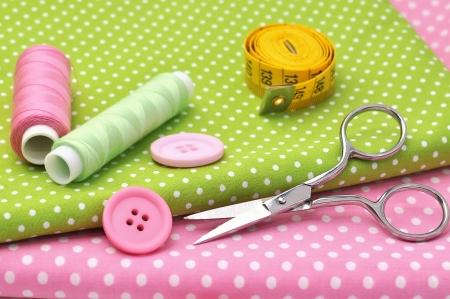 coser: Art�culos de costura en telas de colores Foto de archivo