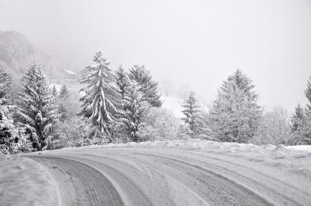 Straße in die verschneite Winter-Nebel