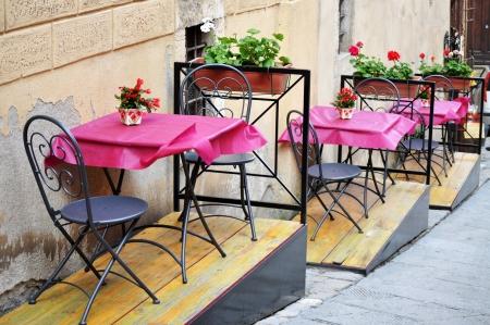 Leere Stühle im Café Toskana, Italien Editorial