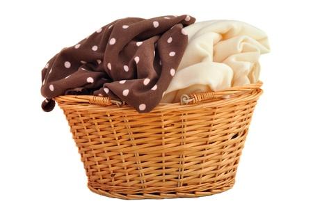 Weiches Fleece-Decken Baby in einem Weidenkorb, isoliert auf weiß