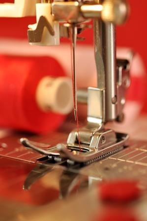 n hmaschine: N�hmaschine Detail mit dem roten Faden Lizenzfreie Bilder