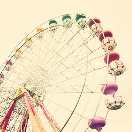 colores pastel: Rueda de la fortuna en colores pastel de la vendimia Foto de archivo