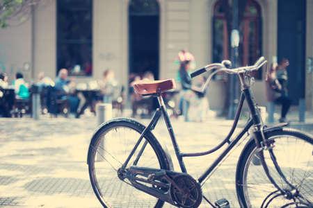 通りに駐車のビンテージ自転車 写真素材