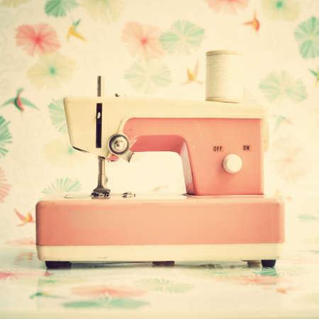 maquinas de coser: Vintage rosado de la m�quina de coser de juguete Foto de archivo