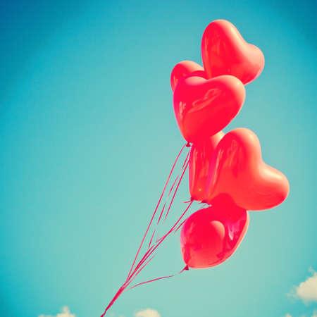 globo: Manojo de globos en forma de coraz�n Foto de archivo
