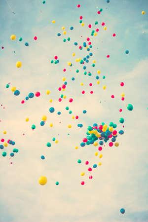 飛行中のカラフルな気球の束