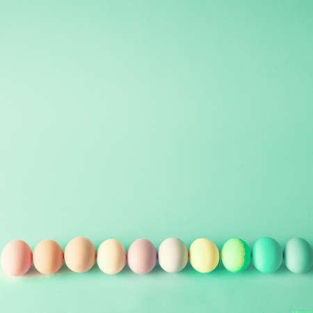 hemlock: Huevos de Pascua coloridos en una fila