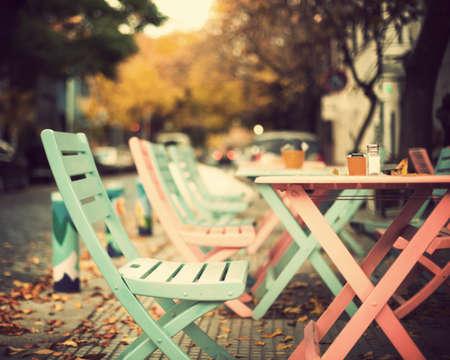 Cadeiras e mesas-de-rosa e azul-turquesa do vintage