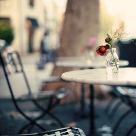 Vintage buiten cafe tafels
