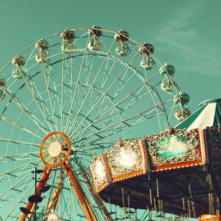 Reuzenrad en Flying stoelen Stockfoto