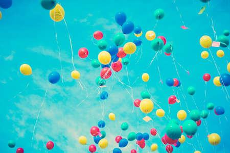 Kleurrijke ballons vliegen