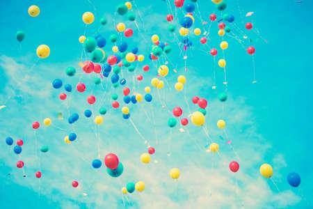 globos de cumpleaños: Globos de colores que vuelan lejos Foto de archivo
